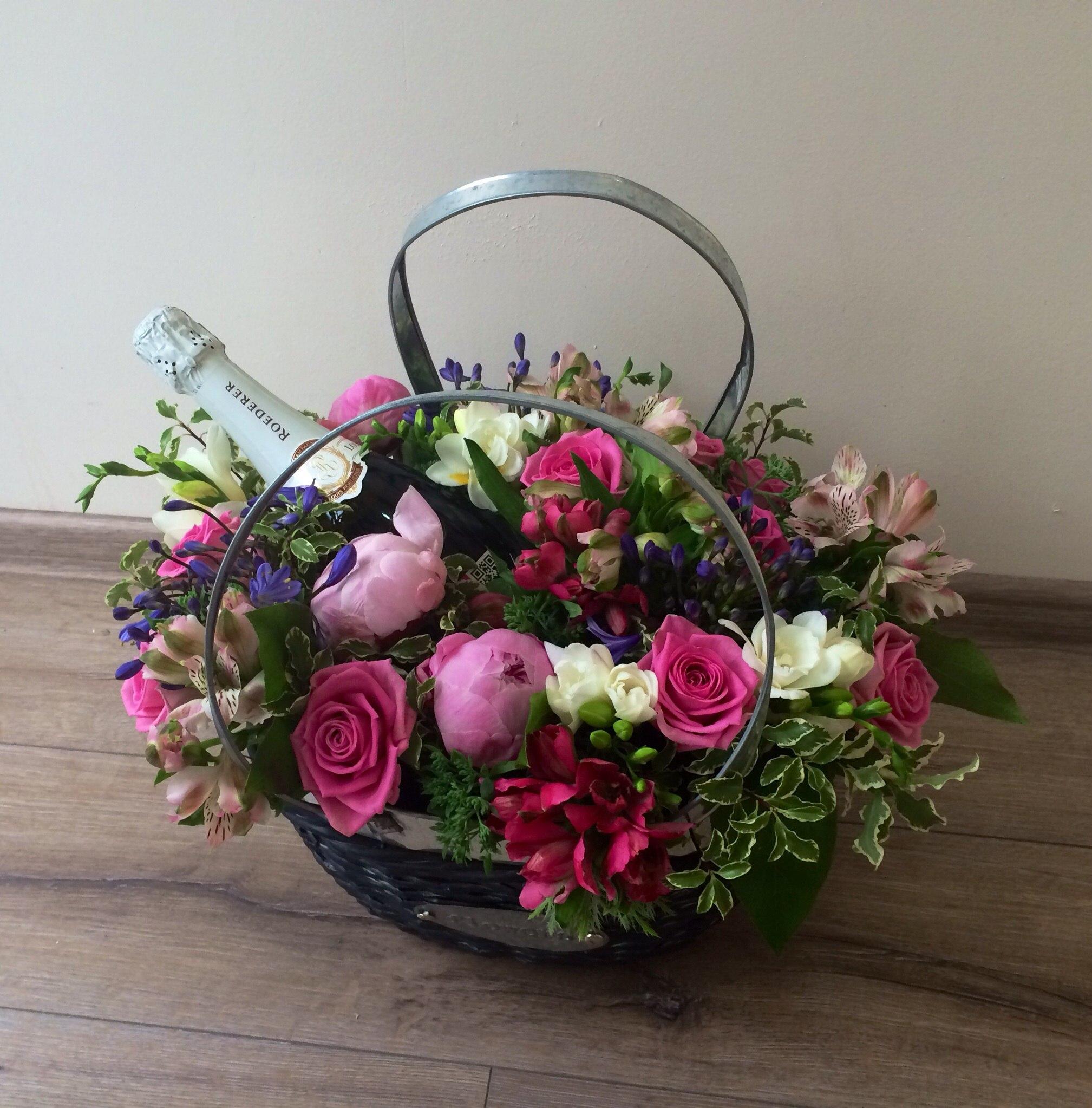 Фото корзины с цветами на полу